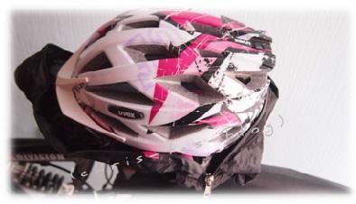 Den Helm auf die den Sattel legen und mit der Schutzhülle umziehen