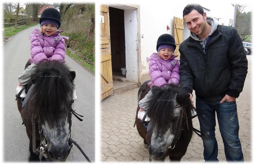 Virginia auf dem Pony