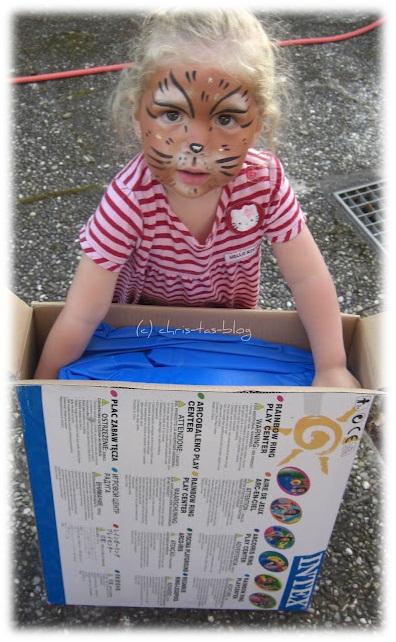 Virginia als Tigerin geschminkt mit ihrem neuen Playcenter