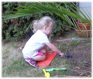 Virginia mit ihrem neuen Gartenwerkzeug