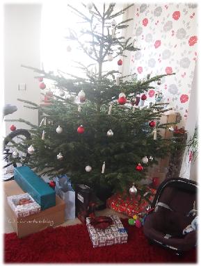 Unser Weihnachtsbaum mit vielen Geschenken