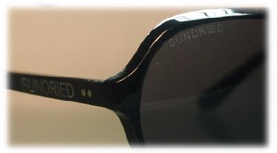 Sundried Logo auf der Sonnenbrille