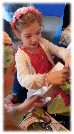 Kindergeburtstag Geschenke auspacken