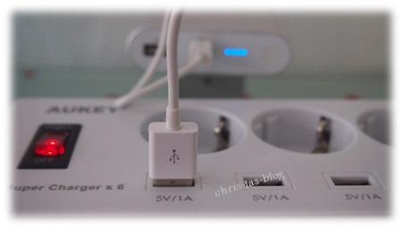 Aukey USB-Gerät an Steckdosenleiste mit Port laden