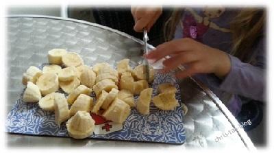 Bananen für die Muffins schneiden