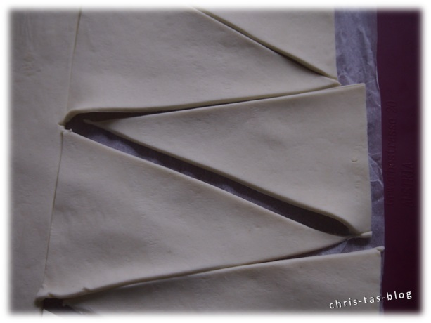 Blätterteil in Dreiecke schneiden