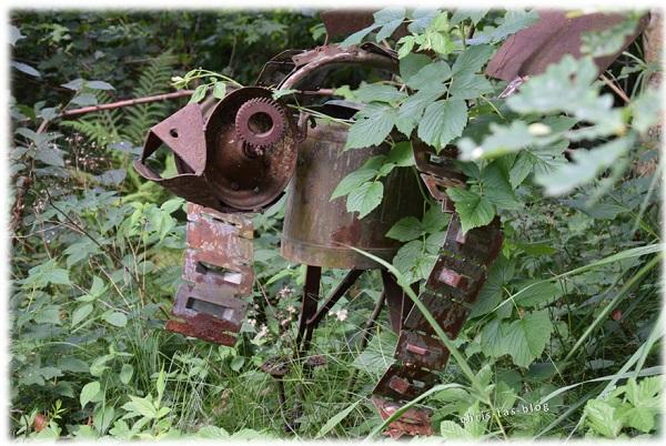 Rost-Skulptur im Wildgarten Furth im Wald
