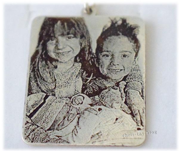 Nach Vorlage eines Fotos wurden meine Enkelkinder auf Silberanhänger graviert