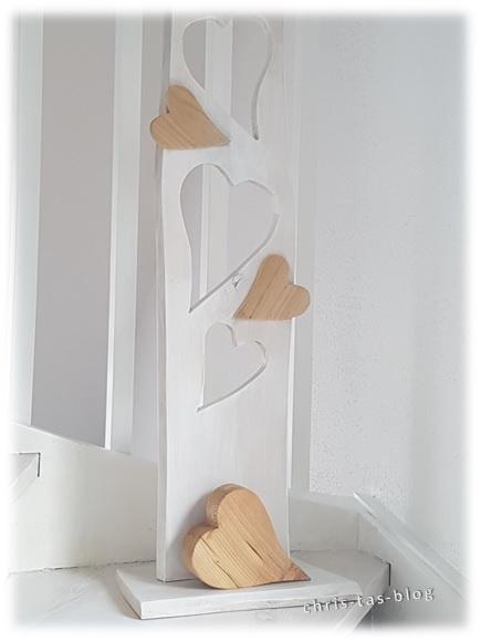 Herz-Deko aus Holz am Treppenaufgang