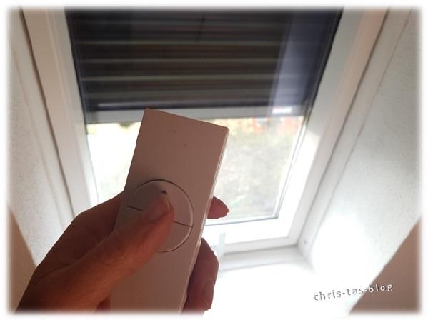 Dachfenster mit elektrisch betriebenen Rollladen