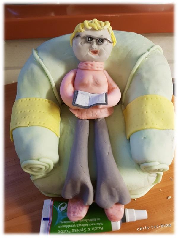 Meine Fondantoma sitzt im Kuchensessel