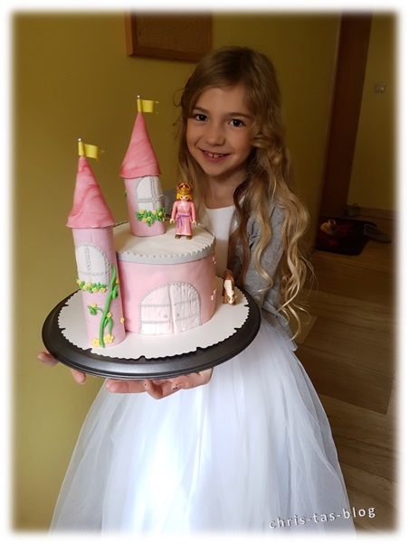 Virginia bekommt ihre Prinzessinnen Torte überreicht