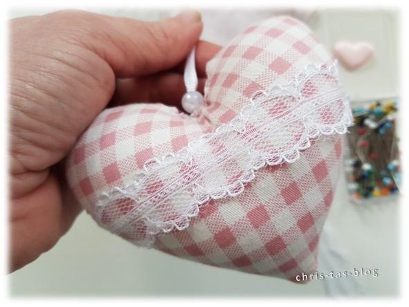 Stoffherzen mit Spitzenbändern und Perlen verzieren
