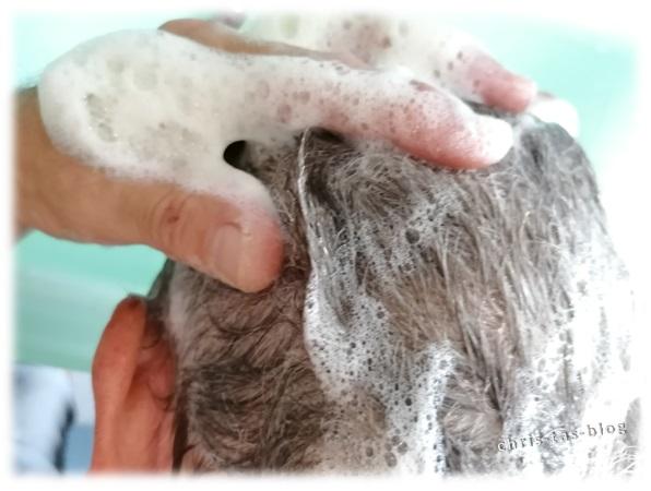 Mit Shampoo-Bar die Haare waschen