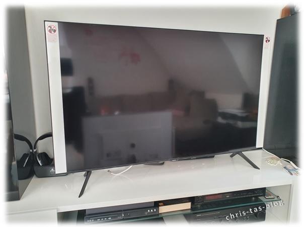 Samsung QLED auf Standfüßen montiert