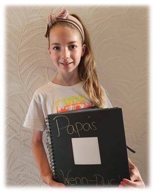Virginia hält ihr Wenn-Buch für Papa in den Händen