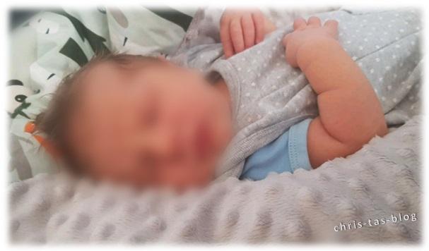 Was zieht man einem Neugeborenen im Sommer an?