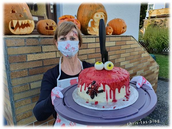 Halloween Motivtorte mit passendem Kostüm