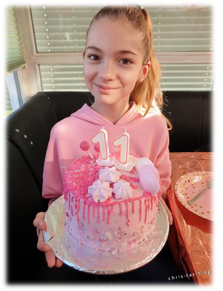 Meine Enkeltochter Virginia mit ihrer Wunsch-Torte Drip Cake