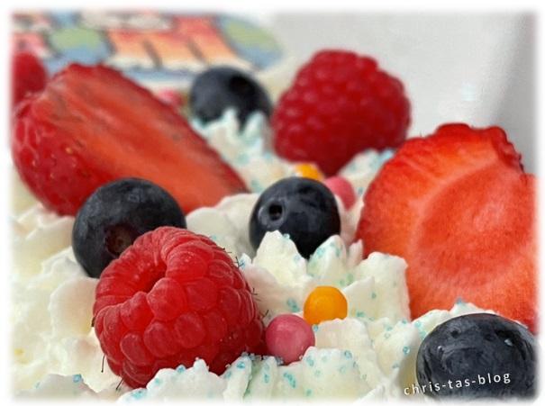 Beeren auf Lettercake Kindergeburtstag