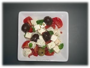 Käse mit Oliven und Tomaten