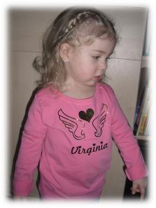 Virginia in ihrem neuen shirt mit Aufbügelmotiv