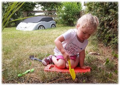 Virginia und ihr Gartenwerkzeug im Einsatz