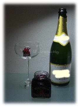 Wild Hibiskusblüten mit Champagner