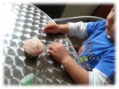 Brooklyn dekoriert Cupcakes