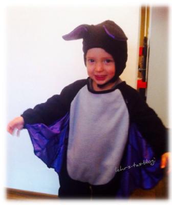 Brooklyn im Fledermauskostüm