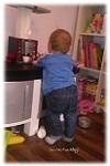 Brooklyn bespielt die Kinderküche seiner Schwester