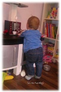Brooklyn spielt mit der Kinderküche