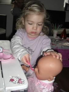 Virginia nutzt ihre Kindersitzgruppe mit ihrer Puppe