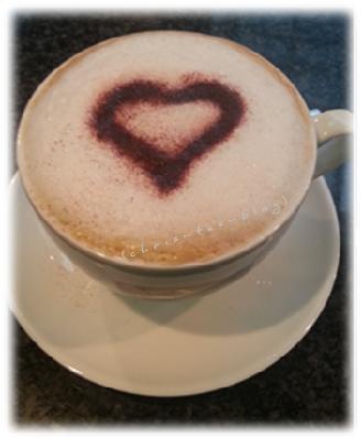 Cappuccino mit Kakaoherz auf Milchschaum