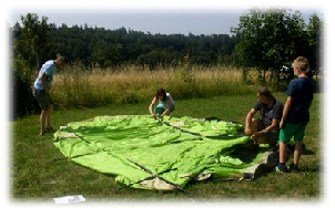 Fiberglasstangen ins Zelt einbauen