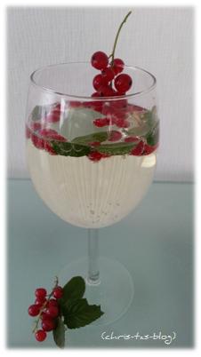 Fruchtsecco von Rotkäppchen mit Johannisbeeren und Minzblättern verfeinert