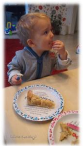 Geschichten-Geschirr mit Apfelkuchen