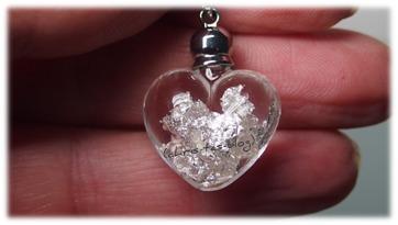 Hier seht Ihr das kleine Glas-Herz Yves Camani