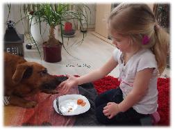 Virginia füttert Jacky mit Karotten