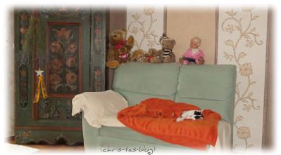 Kater Sam schläft auf dem Sofa