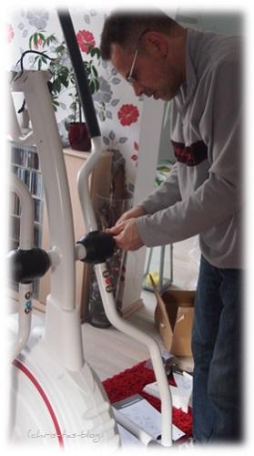 Mein Mann beim Aufbau des Jupiter Crosstrainers