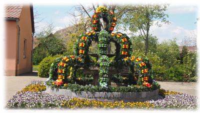 schön geschmückte Brunnen zu Ostern