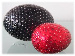Pailletten-Eier in rot und schwarz passend zur Einrichtung