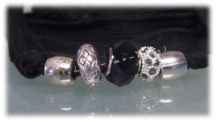 Perlen auf Seidenband aufziehen