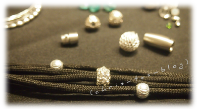 Perlen auf die Fallschirmschnur aufziehen