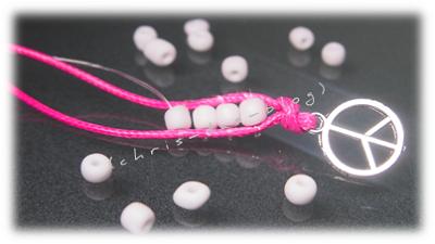 Rocailles-Perlen mit Nylonschnur am Lederband befestigen