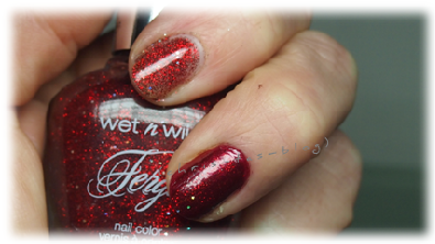 Roter Nagellack mit Topping