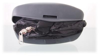 In der Tasche befindet sich die Schutzhülle für den Helm