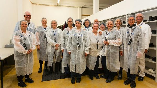 Schutzkleidung für die Ravioli-Werksbesichtigung