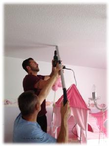 Schraubhaken für das Hochbett-Schutznetz anbringen